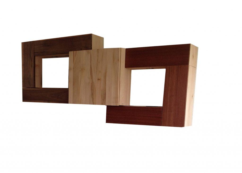 Wandkast met verlichting gemaakt van mahonie, linden en notenhout