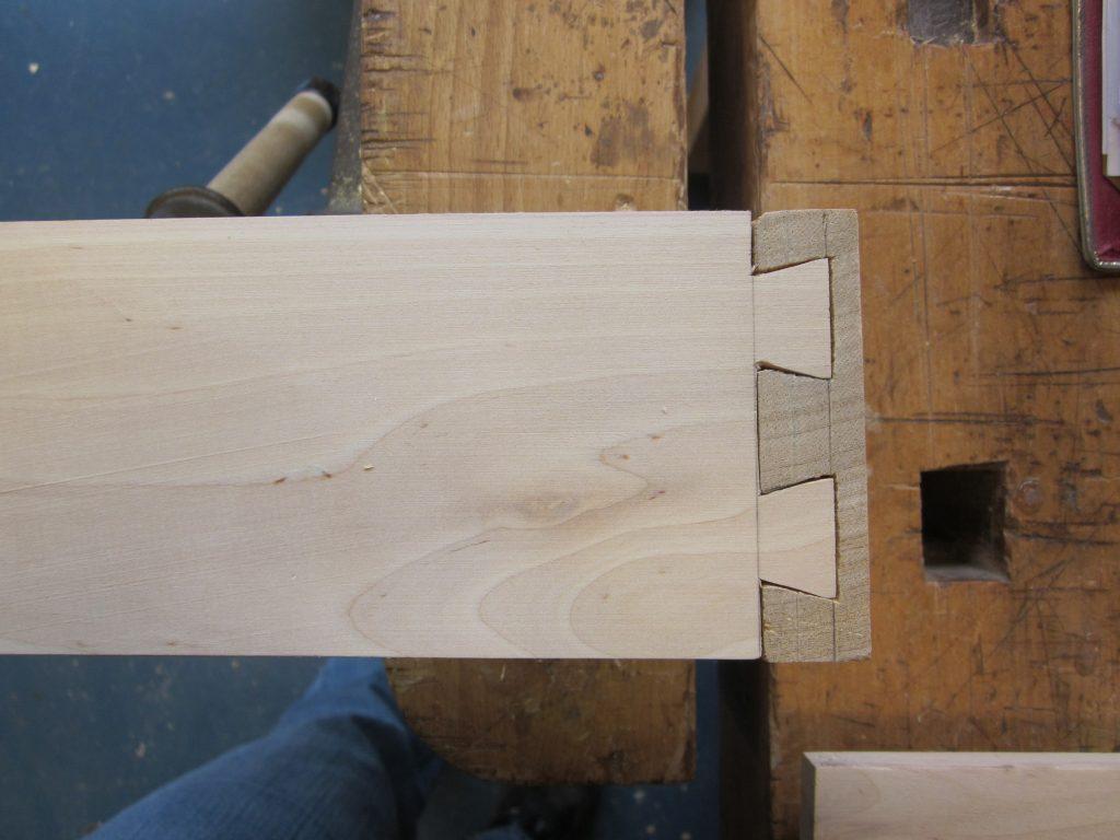 Zwaluwstaartverbinding een 'weerhaak' verbinding om het terugtrekken van het hout te voorkomen
